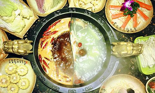 小龙坎后厨乱象触目惊心:用扫帚捣制冰机、发芽土豆照常用……